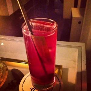 Hade ingen bild på aktuell drink, men här är en Jynnan Tonnix på Svartengrens - en Gin & Tonic med rödbetssockerlag!