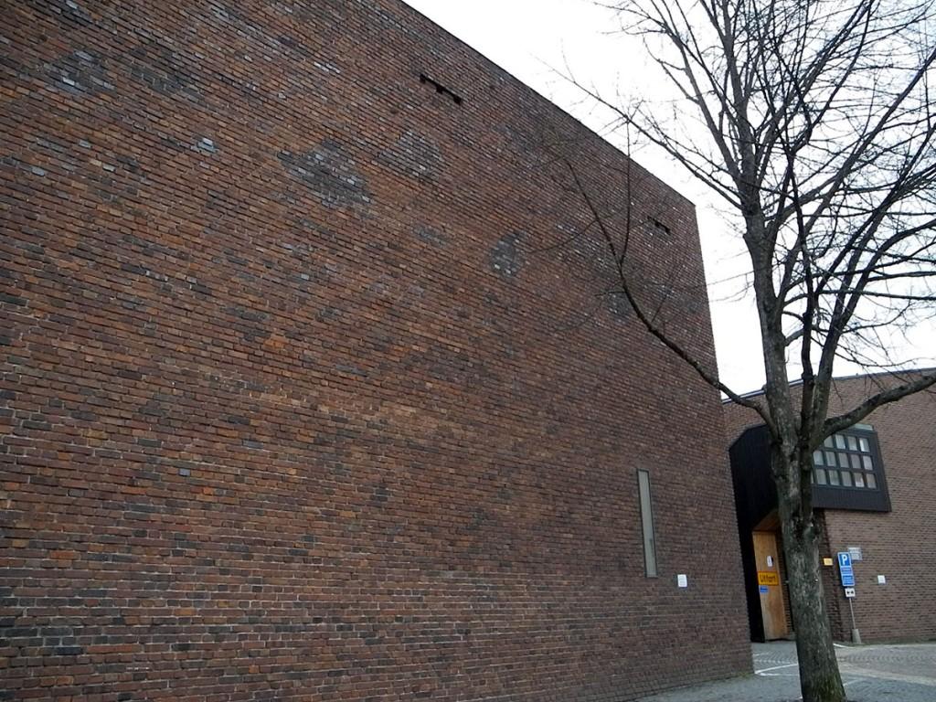 Peter Celsing undvek stuprör etc på fasaden, och lät det dovt röda Helsingborgsteglet härska oinskränkt.